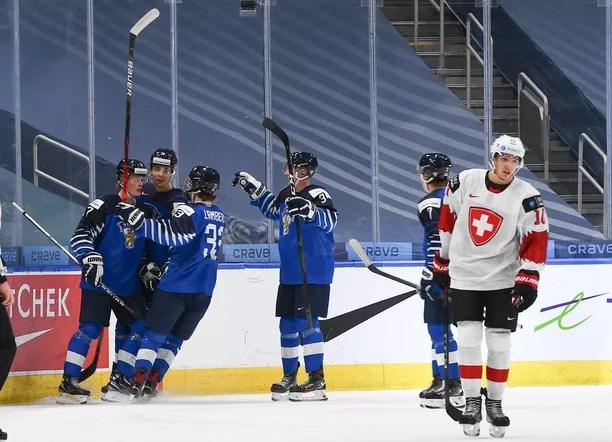 Suomi nujersi Sveitsin maalein 4–1. Tässä juhlitaan Juuso Pärssisen soolo-osumaa.