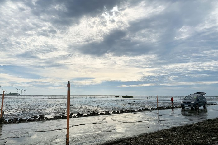 中部海線除了高美濕地之外,玩沙抓螃蟹有更好的選擇,推薦伸港海邊的漁民便道,沒有遊客,只有乾淨、安靜、美景。