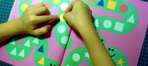 引導孩子不粗心|Colours & Shapes遊戲貼紙書|還可以玩指令遊戲