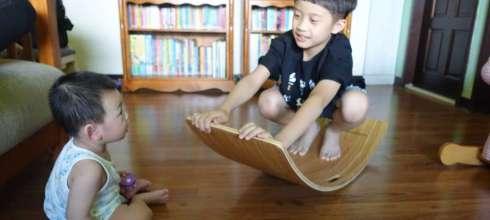 [感統運動] 有助孩子前庭覺發展|台灣製造華德福彩虹彎板|愈動愈專心,2個孩子也能一起玩