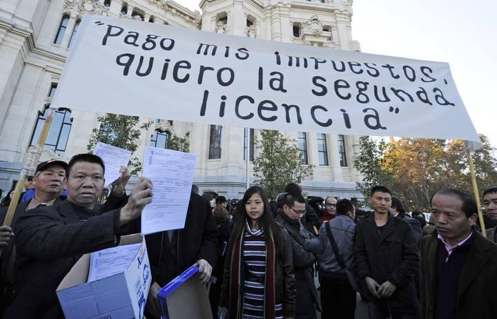 Comerciantes chinos reunidos ante el Ayuntamiento de Madrid para pedir que se les permite vender alcohol a cualquier hora en sus establecimientos.
