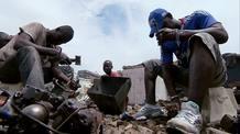 En Ghana miles de personas despedazan sin protección alguna residuos electrónicos para extraer los elementos vendibles