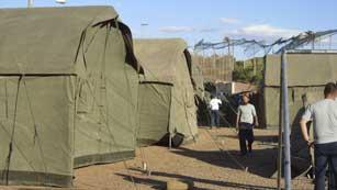 Ver vídeo  'El Gobierno traslada a 150 inmigrantes a la península para aliviar la saturación del CETI de Melilla'