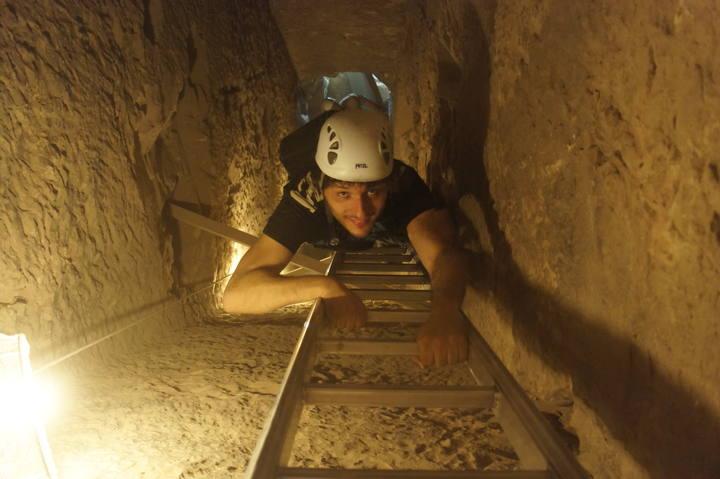 Para llegar hasta le cámara sepulcral, el equipo de 'Informe Semanal' tuvo que descender por una complicada escalera 12 metros bajo tierra
