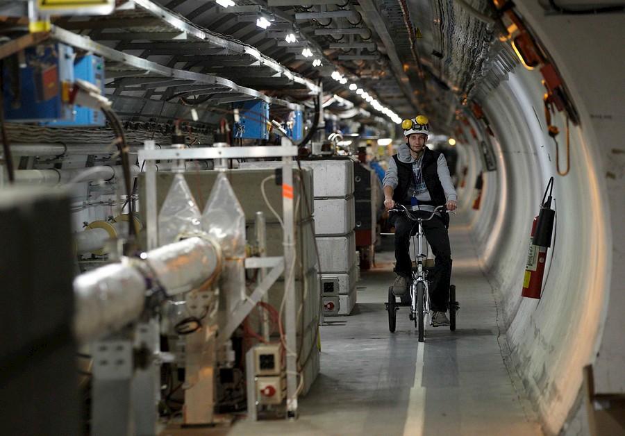 Por el interior del Gran Colisionador¿ en triciclo