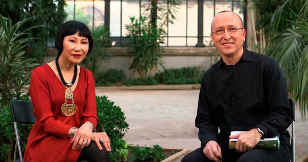 La gran Amy Tan, a quien muchos recordarán por ser la autora de El club de la buena estrella, durante la entrevista con Óscar López, director de 'Página dos'