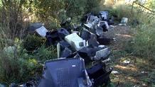 A pocos metros de un punto limpio se acumulan los televisores saqueados en la instalación para extraerles el cobre