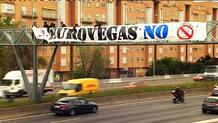 Pancarta contra Eurovegas en la M-30 de Madrid