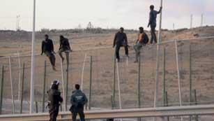 Ver vídeo  'Unos 500 subsaharianos consiguen entrar en Melilla en un nuevo salto masivo a la valla'