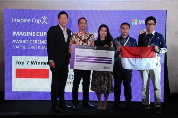 Kevin Wo, managing director Microsoft di Singapura, dan Haris Izmee, presiden direktur Microsoft di Indonesia, berfoto bersama Anindita Pradana Suteja, Muhamad Randi Ritvaldi, dan Ishak Hilton Pujantoro Tnunay di gala penghargaan Imagine Cup di Kuala Lumpur.