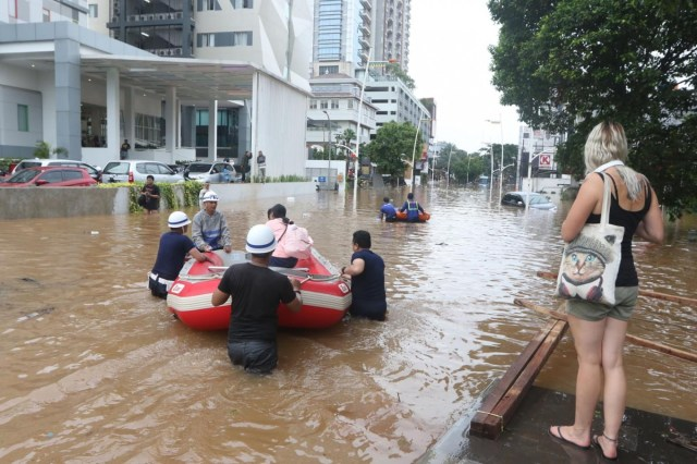 Flood victims still stranded as relief agencies overwhelmed by volume,  access - City - The Jakarta Post