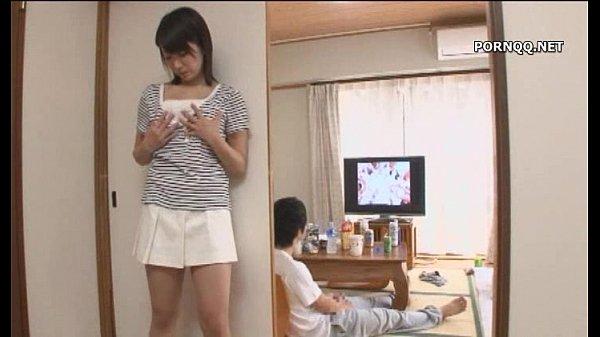 【美少女】隣の部屋のAV音で発情した人妻→若い男のチンポをむしゃぶり付きパコw