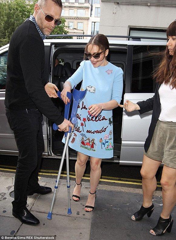 龍媽艾米莉亞身穿藍色卡通印花裙亮相街頭,可愛俏皮。。。