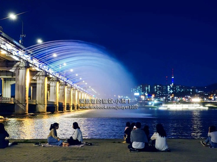 首爾夜景\盤浦大橋月光彩虹噴泉,逛完高速巴士地下街過去剛剛好~