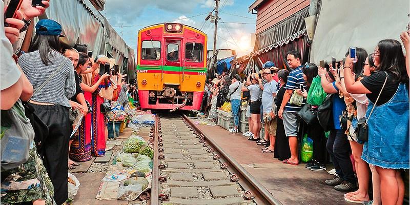 泰國曼谷必去景點   美功鐵道市場-火車穿梭在攤販中的有趣奇景,曼谷非逛不可的景點之一。
