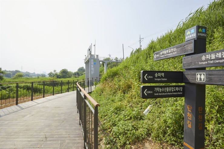 Residents take a walk along a Songpa Trail course in Songpa District, southeastern Seoul. Courtesy of Yim Hong-soon
