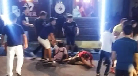 Eight Chinese tourists on Jeju Island were arrested Saturday for allegedly attacking and injuring four Koreans, including a restaurant owner who stopped them drinking alcohol they brought from outside. / Courtesy of YouTube