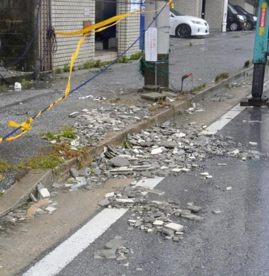 الرياح الشديدة تسببت بدمار أجزاء من جدران المنازل في مدينة ناها عاصمة محافظة أوكيناوا أقصى جنوب اليابان | عبر وكالة كيودو