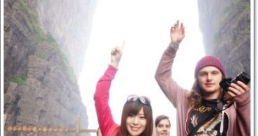 湖南張家界 》必去景點7:天門洞|上天梯。壁立千仞鬼斧神工,世界海拔最高的天然穿山溶洞,驚悚壯闊的999階樓梯,內有影片(10月秋|自由行 跟團 行程規劃推薦)