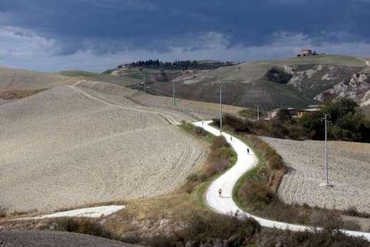 Pendant L'Eroica, course réservés aux amateurs roulant sur des vélos datant d'avant 1987.