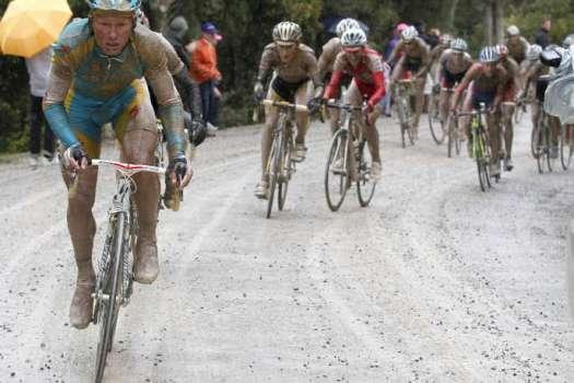 Alexandre Vinokourov lors de l'étape dantesque du Tour d'Italie 2010 qui avait emprunté les strade bianche.