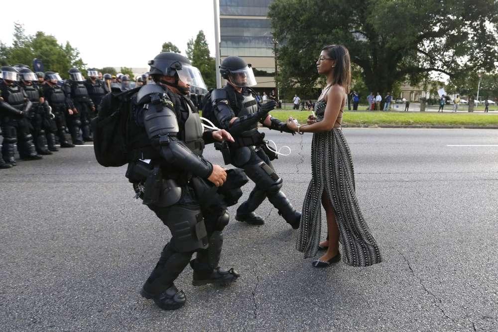 Bâton-Rouge, 9 juillet 2016. Ieshia Evans, une jeune manifestante de 28 ans, s'avance vers la police anti-émeute de Bâton-Rouge pendant une manifestation en réaction à la mort deAlton Sterling, tué quelques jours plus tôt par la police de la ville.
