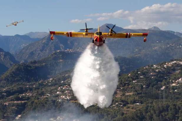 Deux Canadair sont utilisés pour lutter contre le feu près de Carcassonne, à l'image decelui utilisé à Carros, en France, le 24juillet.