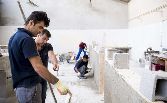 A l'AFPA de Montluçon (Allier), un groupe de réfugiés et de stagiaires en formation de maçonnerie, le 25 juillet.