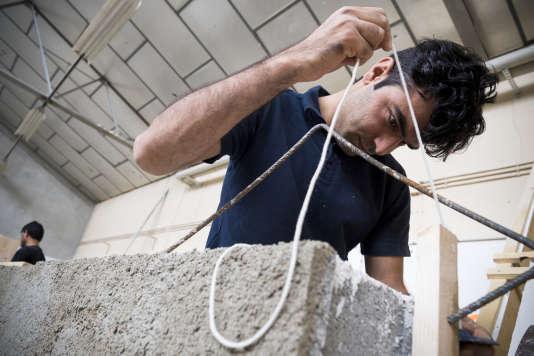 Kholam Nabi,un réfugié afghan, pendant une formation professionnelle à l'AFPA de Montluçon (Allier), le 25 juillet.