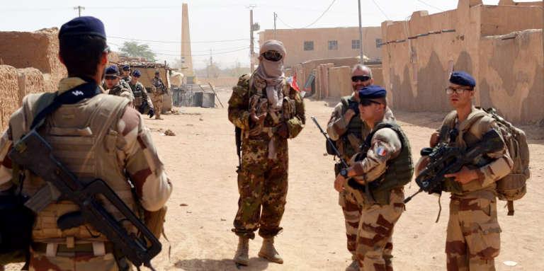 Des soldats français de l'opération « Barkhane», accompagnéz d'anciens rebelles touareg, patrouillent à Kidal, dans le nord du Mali, le 25octobre 2016.