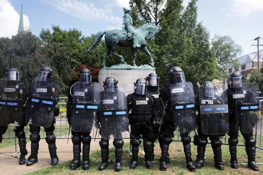 La police de Virginie ceinture la statut du Général Lee afin d'empêcher suprémacistes, néo-nazis et militants d'extrême droite d'y accéder, le 12 août.