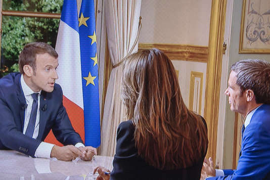 Emmanuel Macron, président de la république, est interviewé sur TF1, dimanche 15 octobre 2017 - 2017©Jean-Claude Coutausse / french-politics pour Le Monde