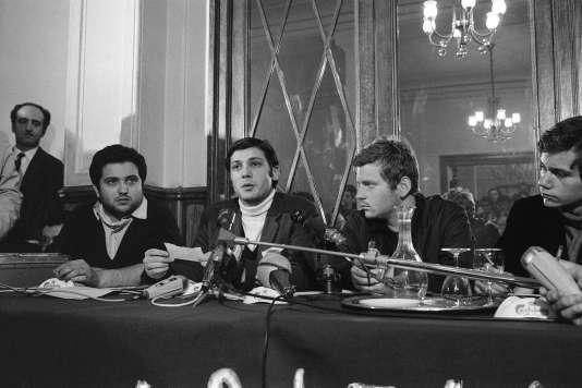 Conférence de presse Jacques Sauvageot au centre est entouré par Alain Gesmar (à g.) et Daniel Cohn-Bendit (à dr.), le 11 mai 1968.