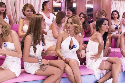 Dans «Bangkok Nites», de jeunes prostituées thaïlandaises attendent les clients, rassemblées dans une pièce en forme de bonbonnière rose.
