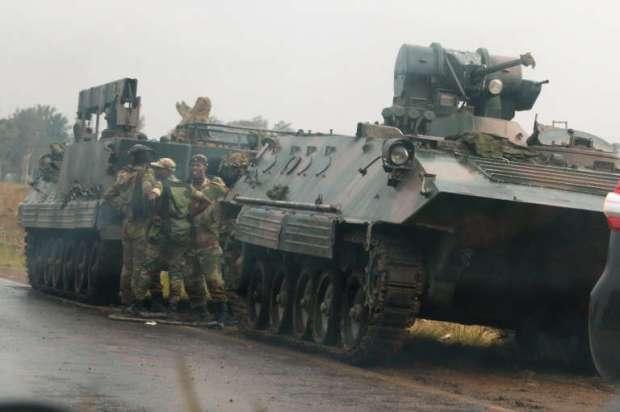 Des soldats à côté d'un char militaire, dans les rues d'Harare,la capitale du Zimbabwe.