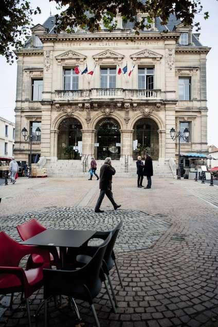 La baisse des contrats aidés décidée pour 2018 par le gouvernement devrait monopoliser l'attention lors du 100e Congrès des maires qui se tient le 21 novembre à Paris.