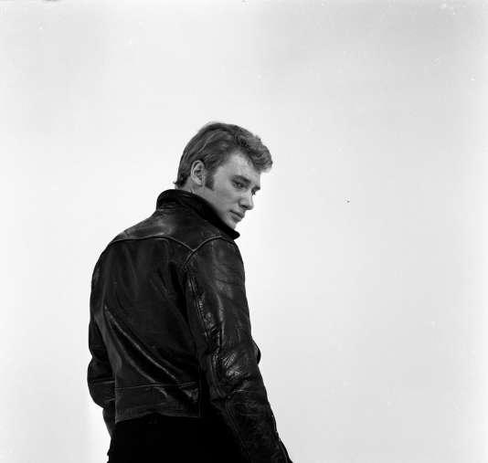 """Johnny Hallyday posant sur le plateau de l'émission de variétés """"Show Johnny Hallyday"""" réalisée par Jean-Christophe Averty, en 1965."""