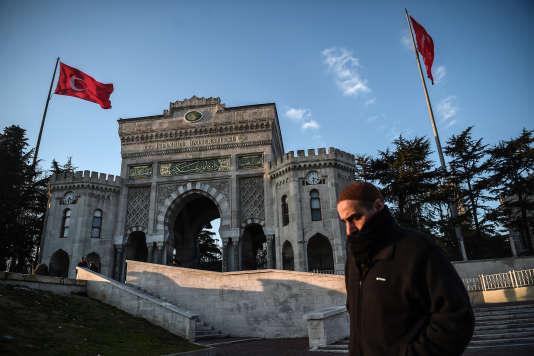 Aux abords de l'université d'Istanbul, le 24 février.