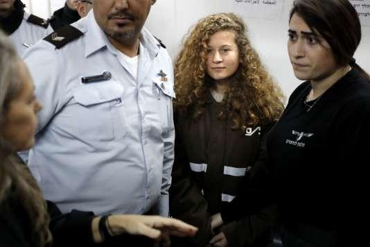 «85 % des enfants palestiniens arrêtés ont les yeux bandés et 95 % sont menottés» (Photo: Ahed Tamimi, la deuxième en partant de la droite, le 15 janvier).