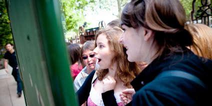 Des lycéens découvrent les résultats du bac, le 06 juillet 2010 au lycée Jean Lafontaine à Paris.