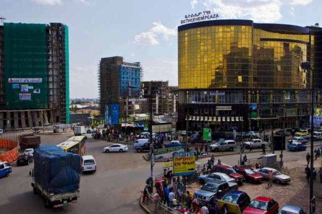 A Addis-Abeba, de nouveaux bâtiments sortent de terre chaque semaine, généralement construits par des Chinois.