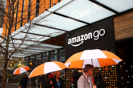 « Aux Etats-Unis, les emplois de base des super et hypermarchés sont mal payés (le salaire horaire n'atteignait que 68 % de la moyenne nationale en 2017) et sont très rarement couverts par une convention collective ». (Photo : le nouveau magasin Amazon Go, à Seattle (Etat de Washington), le 29 janvier).