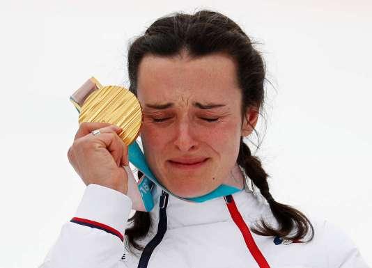 Marie Bochet reçoit sa quatrième médaille d'or, lors des Jeux paralympiques de Pyeongchang, dimanche 18 mars.