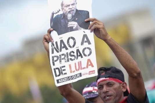 Un partsian de l'ancien présidentLula, le 4 avril à Brasilia.