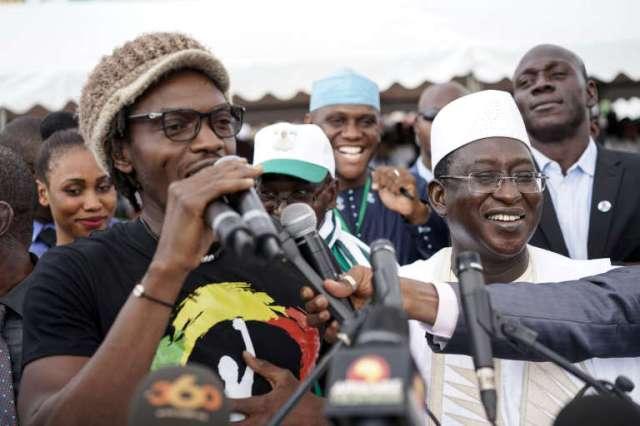 Le militant Mohamed Youssouf Bathily, dit Ras Bath (à gauche), avec Soumaïla Cissé, leader de l'Union pour la république et la démocratie, à Bamako, le 12 mai 2018.