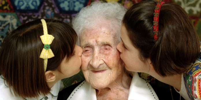 The World's oldest woman, Jeanne Calment, 120 years old, was kissed by two young girls during a special ceremony in Arles, Southern France, February 21, 1995. REUTERS / Jean-Paul Pelisser / Photo File - TM3ECA50UFL01