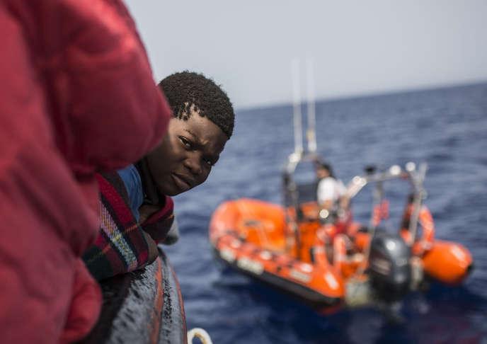 Un bambino salvato da una barca nel Mediterraneo, l'ONG spagnola Proactiva Braccia Aperte, fino al 30 giugno 2018.