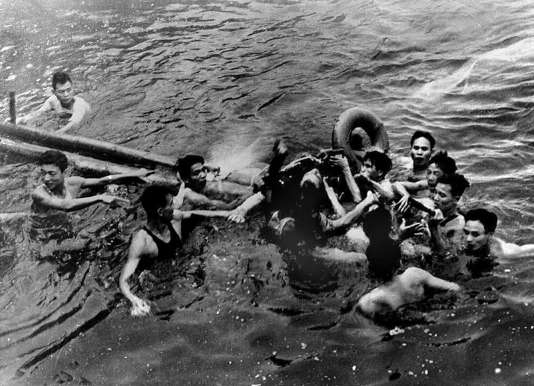 Photo prise le 26 octobre 1967 montrant le major John McCain (C) de l'US Navy sauvé dans le lac Truc Bach de Hanoï par plusieurs habitants de la capitale du Nord-Vietnam après que son avion de guerre ait été abattu.