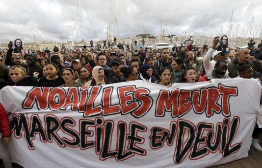 Während des weißen Marsches zu Ehren der Opfer des Einsturzes von Gebäuden am 10. November in Marseille.
