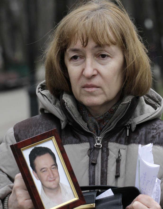 Nataliya Magnitskaya, the mother of Serguei Magnitsky, montrant une photo de son fils, November 30, 2009 (AP Photo / Alexander Zemlianichenko, File)